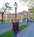 En kvinna går i den öppna luften i staden fotografering för bildbyråer