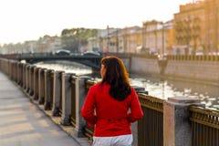 En kvinna går till och med den gamla staden royaltyfri foto