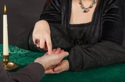 En kvinna gör en gömma i handflatanavläsning fotografering för bildbyråer