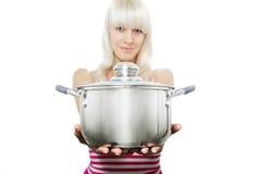 En kvinna ger dig en casserole Royaltyfri Fotografi