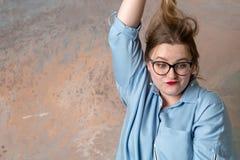 En kvinna har ledset och river hennes hår arkivfoto