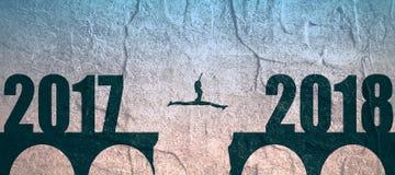 En kvinna hoppar mellan 2017 och 2018 år arkivfoto