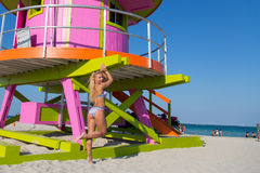 En kvinna i bikini på Miami Beach Arkivbilder