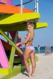 En kvinna i bikini på Miami Beach Royaltyfri Bild
