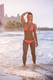 En kvinna i bikini på stranden Royaltyfri Bild