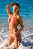 En kvinna i bikini på stranden Arkivbild