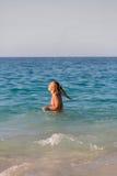 En kvinna i bikini på stranden Fotografering för Bildbyråer