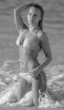 En kvinna i bikini på stranden Arkivfoton