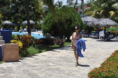 En kvinna i brunnsortsemesterort i baddräkten som tar solen, badar Fotografering för Bildbyråer