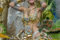 En kvinna i dans på karneval Royaltyfri Bild