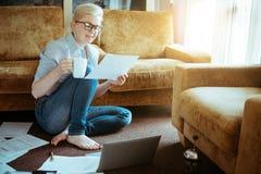 En kvinna i det normala beklär funktionsdugligt hemmastatt Start av projecen Arkivbild