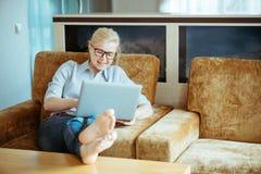 En kvinna i det normala beklär funktionsdugligt hemmastatt Start av projecen Arkivbilder