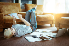 En kvinna i det normala beklär funktionsdugligt hemmastatt Start av projecen Royaltyfria Bilder