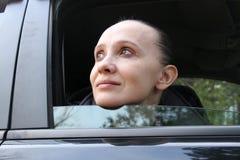 En kvinna i en bil Fotografering för Bildbyråer