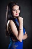 En kvinna i en blå klänning Arkivbild