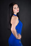 En kvinna i en blå klänning Royaltyfri Bild