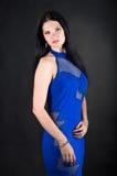 En kvinna i en blå klänning Royaltyfri Fotografi