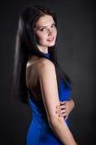 En kvinna i en blå klänning Royaltyfria Bilder