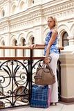 En kvinna i en köpcentrum arkivfoto