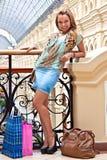 En kvinna i en köpcentrum royaltyfria bilder