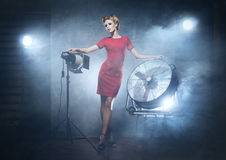 En kvinna i en röd klänning som poserar i en studio Royaltyfri Foto