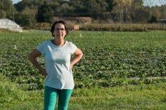En kvinna i ett kultiverat fält royaltyfri bild
