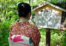 En kvinna i kimono på den gamla byn i Japan Fotografering för Bildbyråer