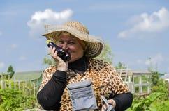 En kvinna i landet är lycklig skördaubergine Royaltyfri Foto