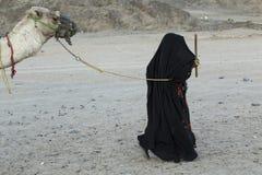 En kvinna i ledande kamel för hijab royaltyfria foton