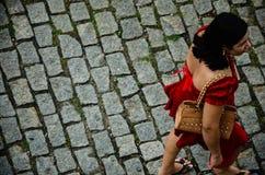 En kvinna i rött Arkivbild