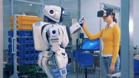 En kvinna i robot för VR-exponeringsglaskontroller Modigt begrepp för virtuell verklighet lager videofilmer