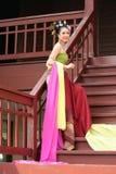 En kvinna i THAILÄNDSK RETRO KLÄNNING poserar för ett fotografi arkivbilder