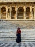 En kvinna i traditionell klänning på templet royaltyfri foto