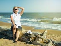 En kvinna i en vit huv som beundrar resningsolen efter en genomkörare Royaltyfri Bild