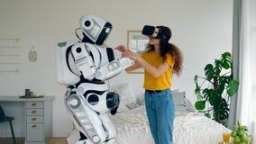 En kvinna i VR-exponeringsglas trycker på en cyborg stock video
