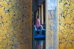 En kvinna i Wat Arun Royaltyfria Bilder