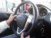 En kvinna kör en bil royaltyfri fotografi