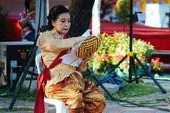 En kvinna klär traditionell kläder under Songkhran ferie Royaltyfri Bild
