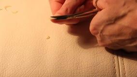 En kvinna klipper spikar lager videofilmer