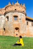 En kvinna kopplar av under v?gledd turnerar Tornet av den medeltida castle_en royaltyfri fotografi