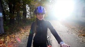 En kvinna med att rida en cykel om höstdagen Vektorillustration för din design långsam rörelse lager videofilmer