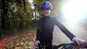 En kvinna med att rida en cykel om höstdagen Vektorillustration för din design långsam rörelse stock video