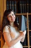 En kvinna med böckerna Royaltyfria Bilder