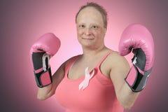 En kvinna med boxninghandskar som är klara att slåss Royaltyfri Fotografi