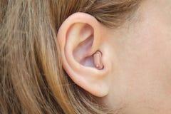 En kvinna med en hörapparatnärbild Royaltyfri Foto