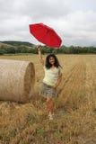 En kvinna med ett rött paraply Arkivbilder