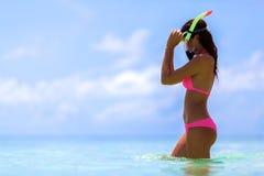 En kvinna med en snorkelmaskering royaltyfria bilder