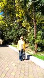 En kvinna mot bakgrunden av palmträd och mimosor Arkivbilder