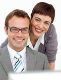 En kvinna och en man på en dator Arkivbild