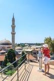 En kvinna och ett teleskop gammal town rhodes Grekland Arkivfoto